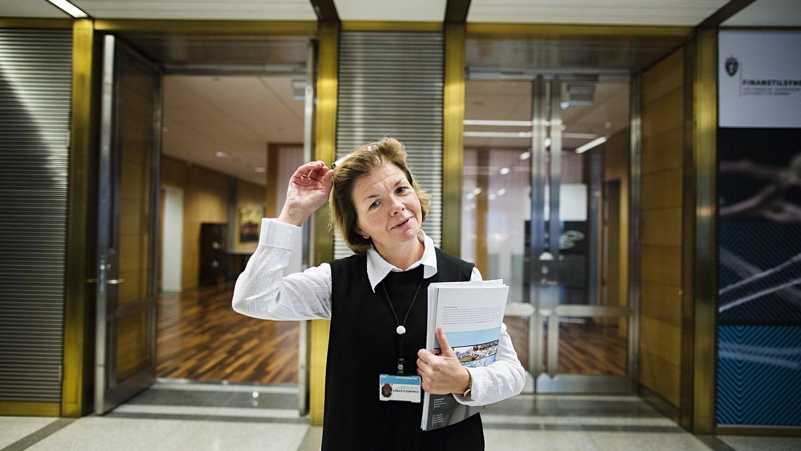 Anne Merethe Bellamy i Finanstilsynet sier ingen ansatte kan eie aksjer i børsnoterte selskaper. Foto: Per Thrana