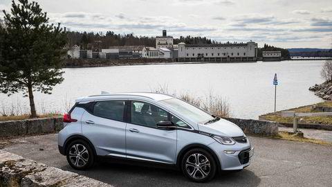 Opel Ampera-e, her fotografert foran Rånåsfoss kraftstasjon.