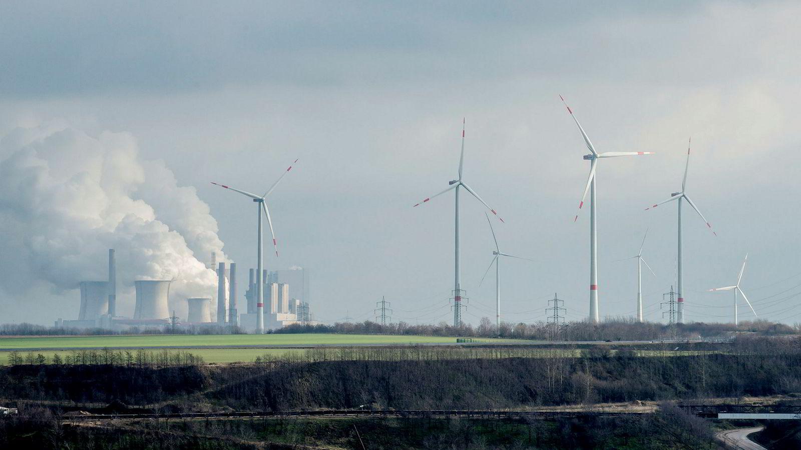 Vindkraft står for en stadig større del av kraftproduksjonen i Europa, men fortsatt er kullkraftverkene i drift – som i Tyskland, der dette bildet er tatt. Utveksling av elektrisk kraft mellom Norge og Danmark, har hatt en betydelig positiv effekt for vern av klimaet.