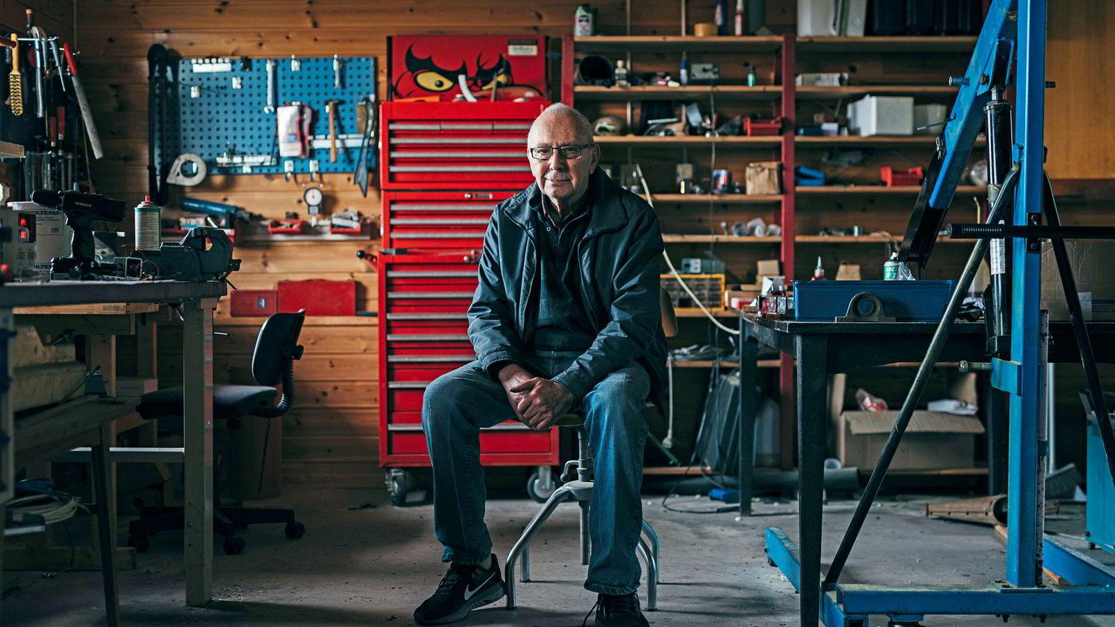 Ole Molaug (86) hjemme i «poddebua» over garasjen hjemme. Her skulle han bli pensjonist, men det varte bare i 14 dager.