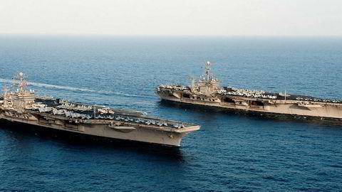 USA utplasserer hangarskipet USS Abraham Lincoln (til venstre) i Midtøsten. Skipet til venstre er USS John C. Stennis som er av Nimitz-klassen.