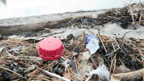 Plast avbildet på en strand langs norskekysten.