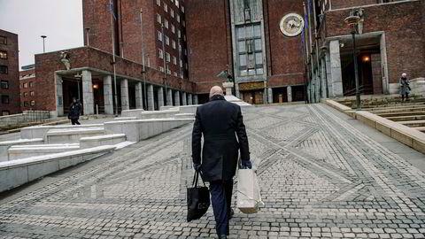 Tidligere næringsbyråd Geir Lippestad på vei inn i rådhuset for å levere nøkkelkortet sitt til vakten i desember 2017.