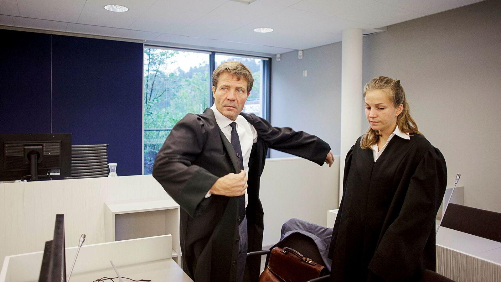 Advokat Christian B. Hjort forsvarte tidligere salgssjef i Kongsberggruppen, Dag Tore Sekkelsten. Her er han fotografert sammen med og advokatfullmektig Sara Hambro under behandlingen i Asker og Bærum tingrett.