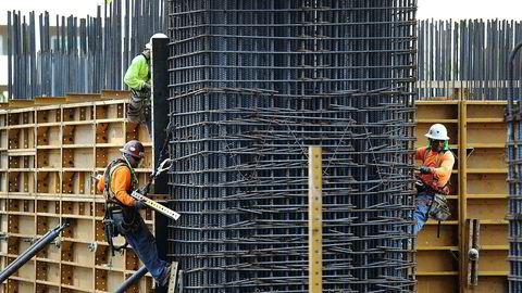 Amerikanske forskalingsarbeidere på jobb, i det amerikanske arbeidsmyndigheter rapporterer om svakere jobb- og lønnsvekst enn ventet i USA i september.
