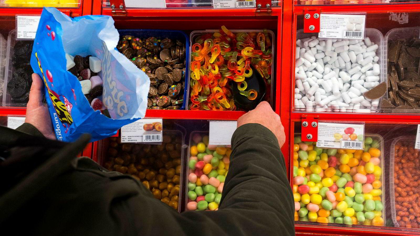Særavgifter som den norske sukkeravgiften bidrar til at norske matvarer er dyrere enn i våre naboland.