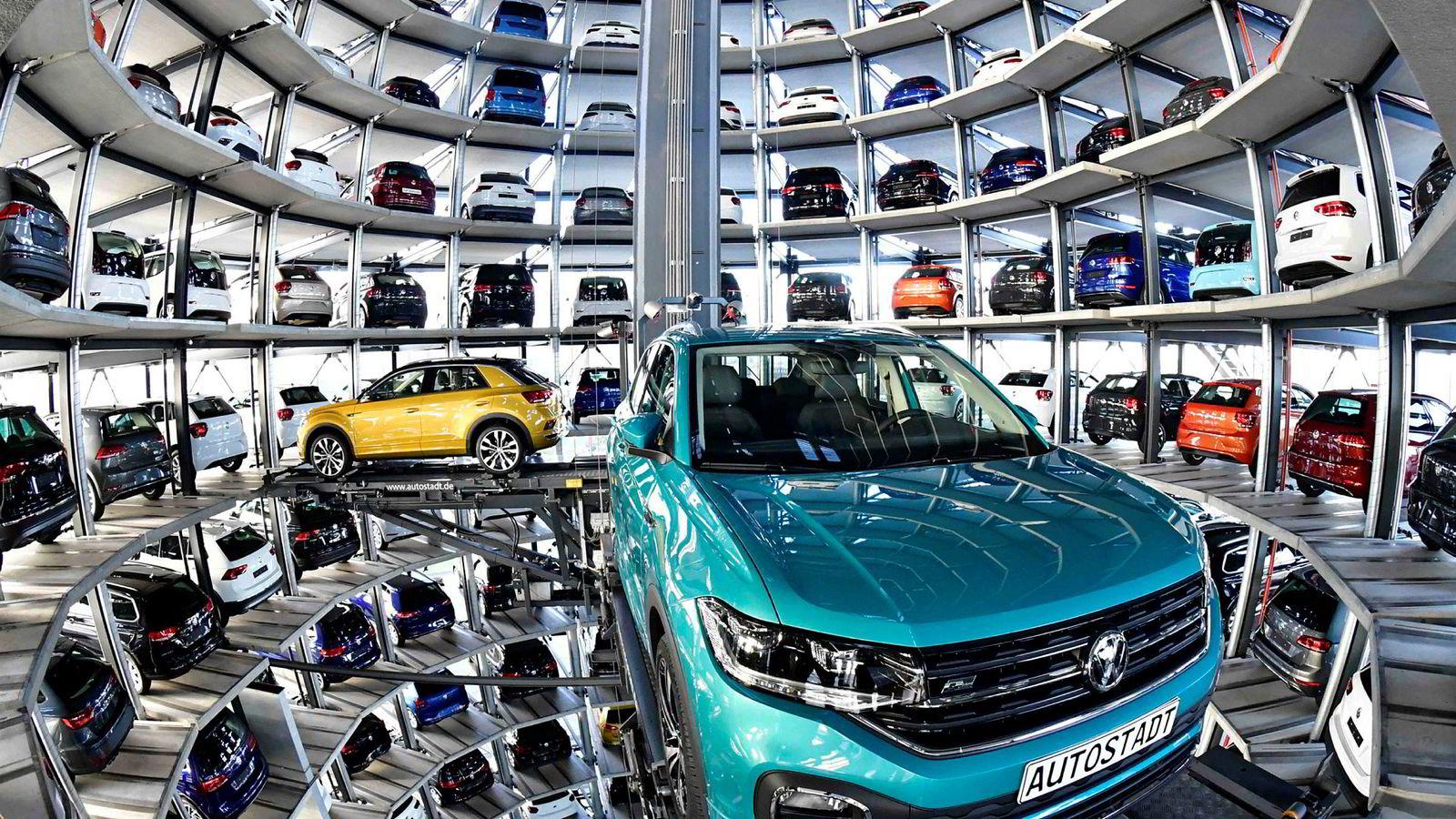 Volkswagen satser på å bli verdensleder i elbilproduksjon og er i ferd med å investere over tilsvarende 2500 milliarder kroner. På produksjonsanlegget i Wolfsburg står ferdige biler klare i et eget biltårn.