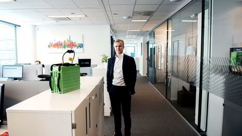 Christian Ringvold jobber både med nytt oppkjøp og ny batterifabrikk til 13 milliarder kroner i Lithium Werks, her på Oslo-kontoret. Det grønne batteriet er av typen de produserer.