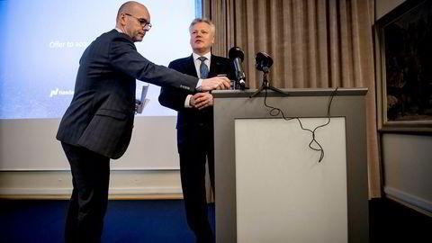 Konsernssjef Lauri Rosendahl i Nasdaq Nordic presenterer budet selskapet vil fremme overfor Oslo Børs VPS på en pressekonferanse på Oslo Børs onsdag. Foran ham, kommunikasjonsdirektør Per Eikrem ved Oslo Børs.