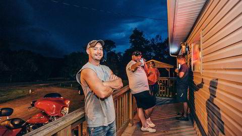 Den tidligere kullarbeideren Vic (fra venstre) er ute for å trekke pusten ved JKL-baren. Bak står Randall Seiffer, kompisen Chris og bartender Liz Moskal. Alle foto: Johannes Worsøe Berg
