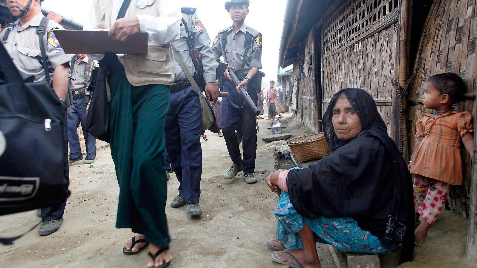 POLITIBESKYTTELSE. Offentlig ansatte måtte ha politibeskyttelse da de i april foretok folketelling i Dar Paing-flyktningleiren nær Sittwe i Myanmar. Foto: Khin Maung Win, AP/NTB Scanpix