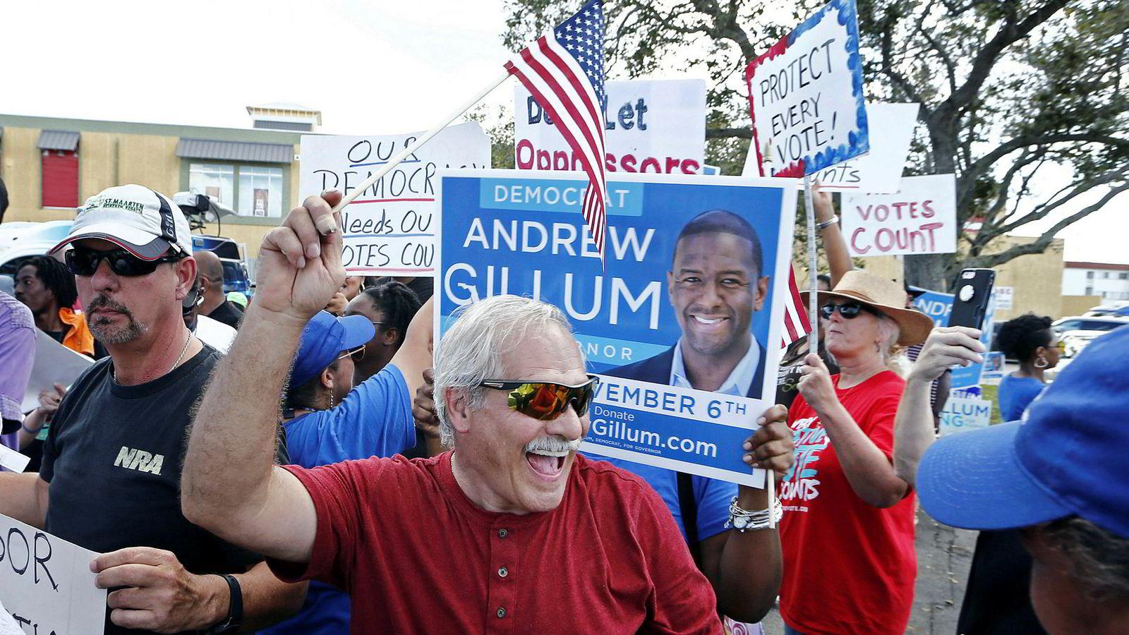Demonstranter utenfor valglokalet i Lauderhill i Florida, lørdag.