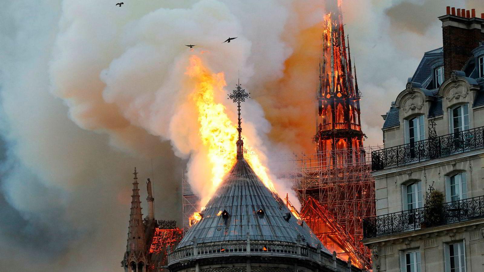 Flammene står ut av det ene tårnet på Notre-Dame i Paris.