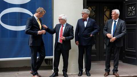 Okea-sjef Erik Haugane (andre til høyre) og medgründerne Ola Borten Moe (fra venstre), Knut Evensen og Anton Tronstad kunne tirsdag markere at Okea ble notert på Oslo Børs.