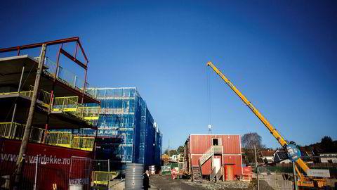 Boligsalget økte, men igangsettingen av nye boliger lå 18 prosent under samme måned i fjor.