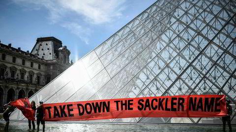 I Paris har ledelsen ved Louvre tatt affære: Skiltene som peker til Aile Sackler, fløyen hvor orientalske kunstskatter donert av Sackler-familien har vært stilt ut i over 20 år, ble i sommer dekket til med ukledelig grått limbånd. Men først etter demonstrasjoner utenfor museet i juli. Også andre museer har sagt at de ikke lenger tar imot donasjoner fra familien.