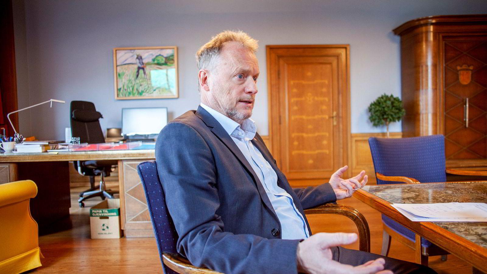 Byrådsleder Raymond Johansen i Oslo ber Erna Solberg stanse kontantstøtten til barn som ikke bor i Norge.