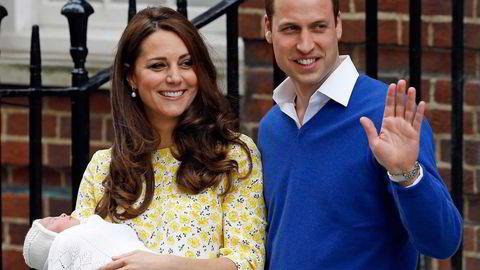 I søndagsavisene sto det spaltekilometer om den kongelige begivenheten, at arveprins George har fått en søster. Men du må være spesielt interessert for å merke det politiske oppgjøret i Storbritannia, som avgjøres på torsdag. Foto: Kirsty Wigglesworth/NTB Scanpix