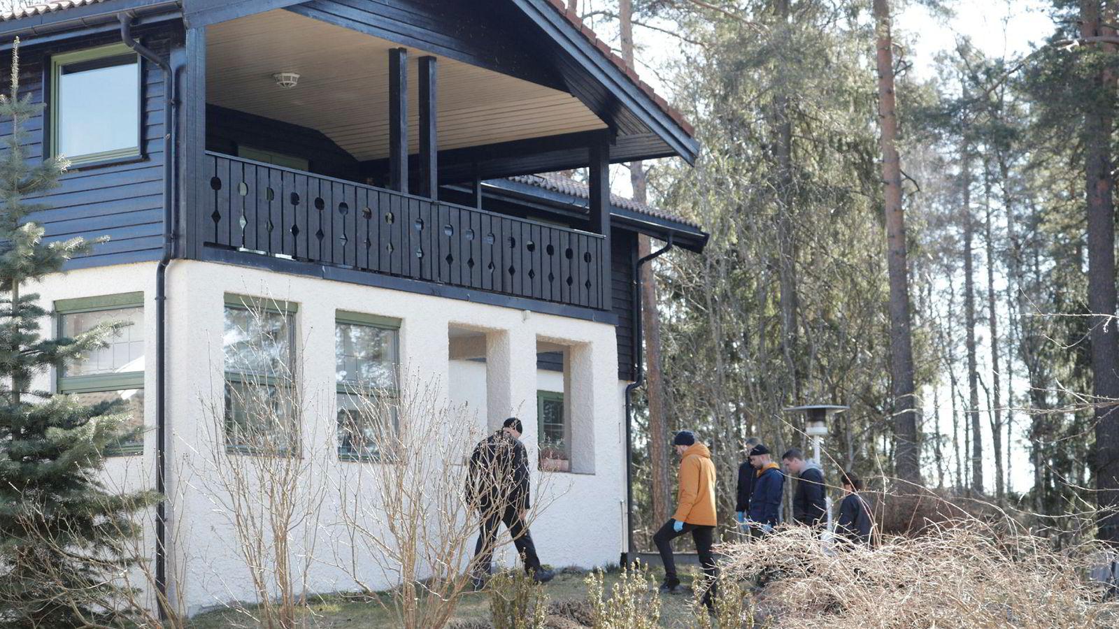 Politiet gjør nye undersøkelser rundt huset til den forsvunne Anne-Elisabeth Hagen på Lørenskog. Her fra tidligere i april måned.