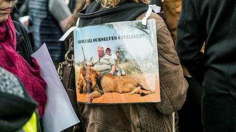 Demonstranter mot utryddelse og troféjakt på truede dyr utenfor Downing Street  i London tidligere i år.
