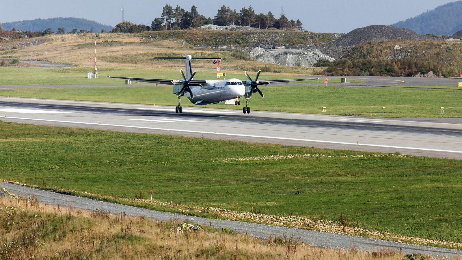 Den nordre delen av rullebanen på Flesland er et av områdene advokatene til Avinor og Forsvaret har forhandlet om. Her går et Widerøe-fly inn for landing.