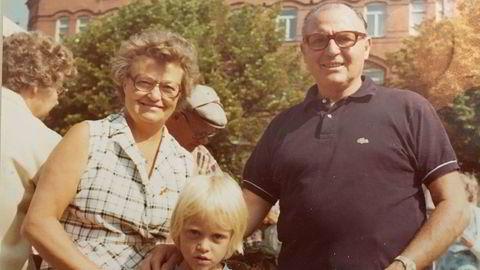 Slekt. Farmor, farfar og meg. Jeg i Malmö FFs drakt, selvsagt.