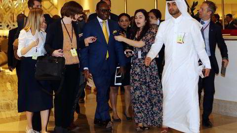 Det ble ingen avtale i Doha i Qatar om oljefrys. På bildet ser vi i midten med briller Nigerias oljeminister Emmanuel Ibe Kachikwu på vei til helgens møte. Foto: Karim Jaafar/AFP Photo/NTB scanpix