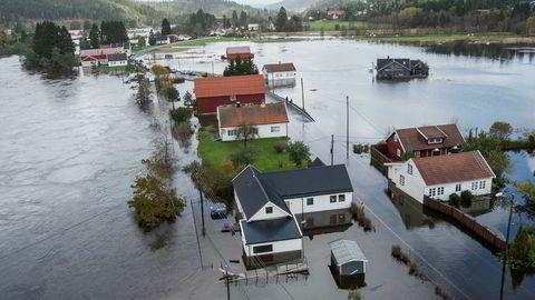 Regnet og uværet på Sørlandet gjorde skader for en halv milliard kroner. Her da Topdalselva gikk over sine bredder og gjorde store skader ved Drangsholt mellom Kristiansand og Birkeland.