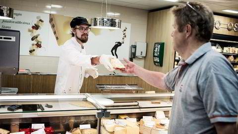 FÅR IKKE EKSPORTERE OST. Lauri Greis selger ost på kjøpesenteret Stockmann i Helsinki. En følge av de russiske sanksjonene er lavere priser på ost- og melkeprodukter.                    Alle foto: Niklas Meltio