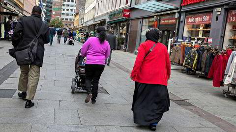 Det hender at utenlandske borgere med forgjeldede norske ektefeller søker familiegjenforening. Dette kan bli et problem for kreditorene der hvor referansepersonen må forsørge en familiegjenforent som kommer til Norge uten arbeid, språkkunnskaper, formell kompetanse og med liten mulighet til å få seg jobb.