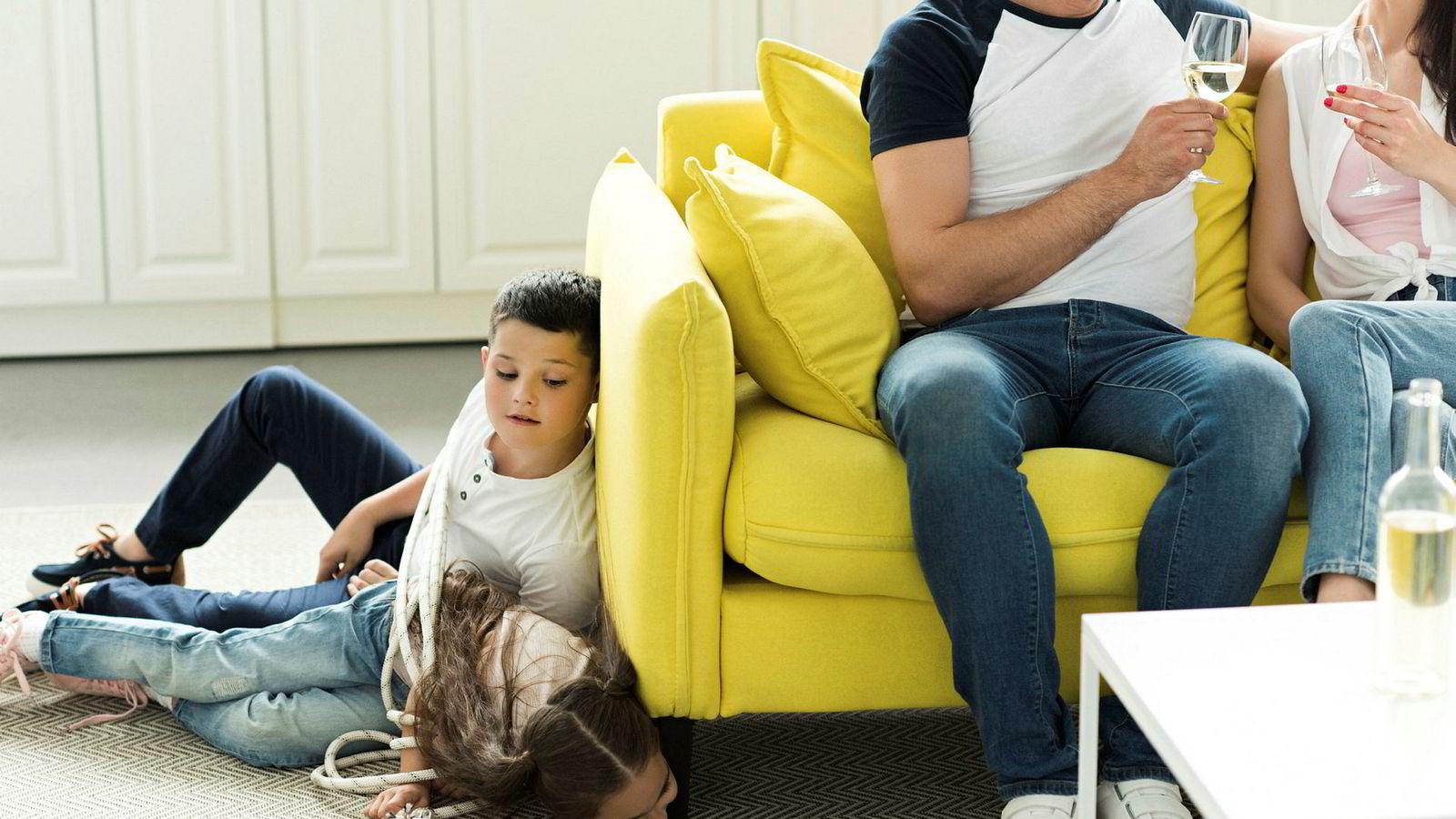 Med det norske drikkemønsteret, som karakteriseres av lavt alkoholkonsum på hverdager og høyt alkoholinntak i helger og høytider, er det sannsynlig at mange barn opplever å se foreldrene sine påvirket av alkohol.