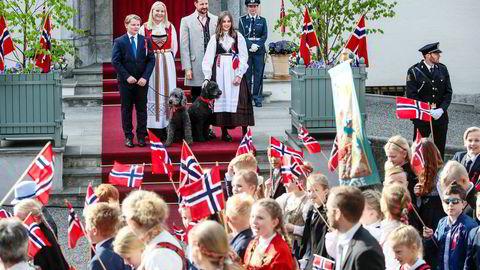 – Jeg flyr mye (...) Jeg bor i et stort hus og kontoret mitt er i et stort hus. Jeg vil gjerne leve helt bærekraftig. Det er jeg langt unna, men jeg forsøker å redusere CO2-avtrykket mitt, sier kronprins Haakon om eget klimaavtrykk i et ferskt intervju med det tyske magasinet Spiegel.