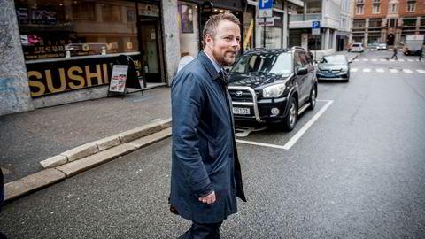 Næringsminister Torbjørn Røe Isaksen mener spredt befolkning kan være forklaringen på at Norge har høyere priser og mindre utvalg i dagligvarebutikkene enn nabolandene.