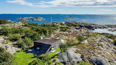 Hytta på Brattholmen nord for Hankø ligger diskré til, skjermet for innsyn. Prisantydningen er redusert fra 60 til 32 millioner kroner. Foto: Zovenfra