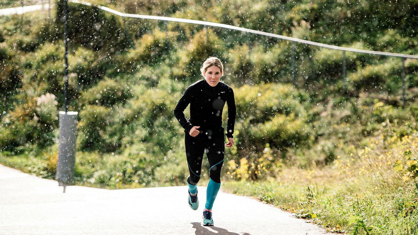 Maria Sagnes Wågan (26) har forbedret tiden på ti kilometer med syv minutter på fem år og løper nå milen på under 34 minutter. Her er hun på intervalløkt i Holmenkollen.