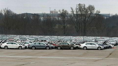 Tusenvis av Volkswagen-biler samles opp på Silverdome stadion i Michigan.