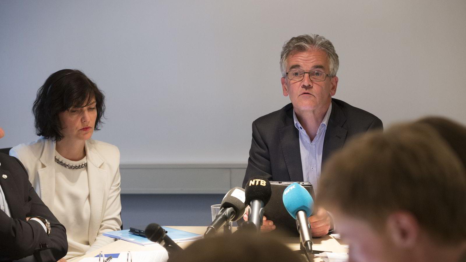 Generalsekretær Kjersti Løken Stavrum i Norsk Presseforbund og PF-leder Alf Bjarne Johnsen fotografert under en pressekonferanse i 2015. Arkivfoto: Terje Bendiksby /