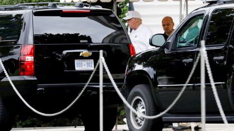 President Donald Trump forlater Det hvite hus for å spille golf lørdag, mens de fleste andre i den politiske eliten var opptatt med senator John McCains begravelse.