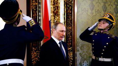 Russland sliter med den verste økonomisk krisen siden rubelkrisen på slutten av 90-tallet. Men president Vladimir Putin viser ingen tegn til å gi etter for de vestlige kravene på Krim og i Øst-Ukraina. Foto: Maxim Shipenkov/AP/NTB Scanpix