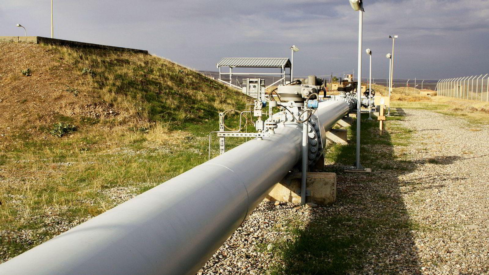 Mesteparten av DNOs oljeinntekter kommer fra Kurdistan i Nord-Irak. Politisk uro og manglende betalinger har lenge tynget aksjen. Bildet viser DNOs oljerørledning i Fishkabour, nord i Irak.