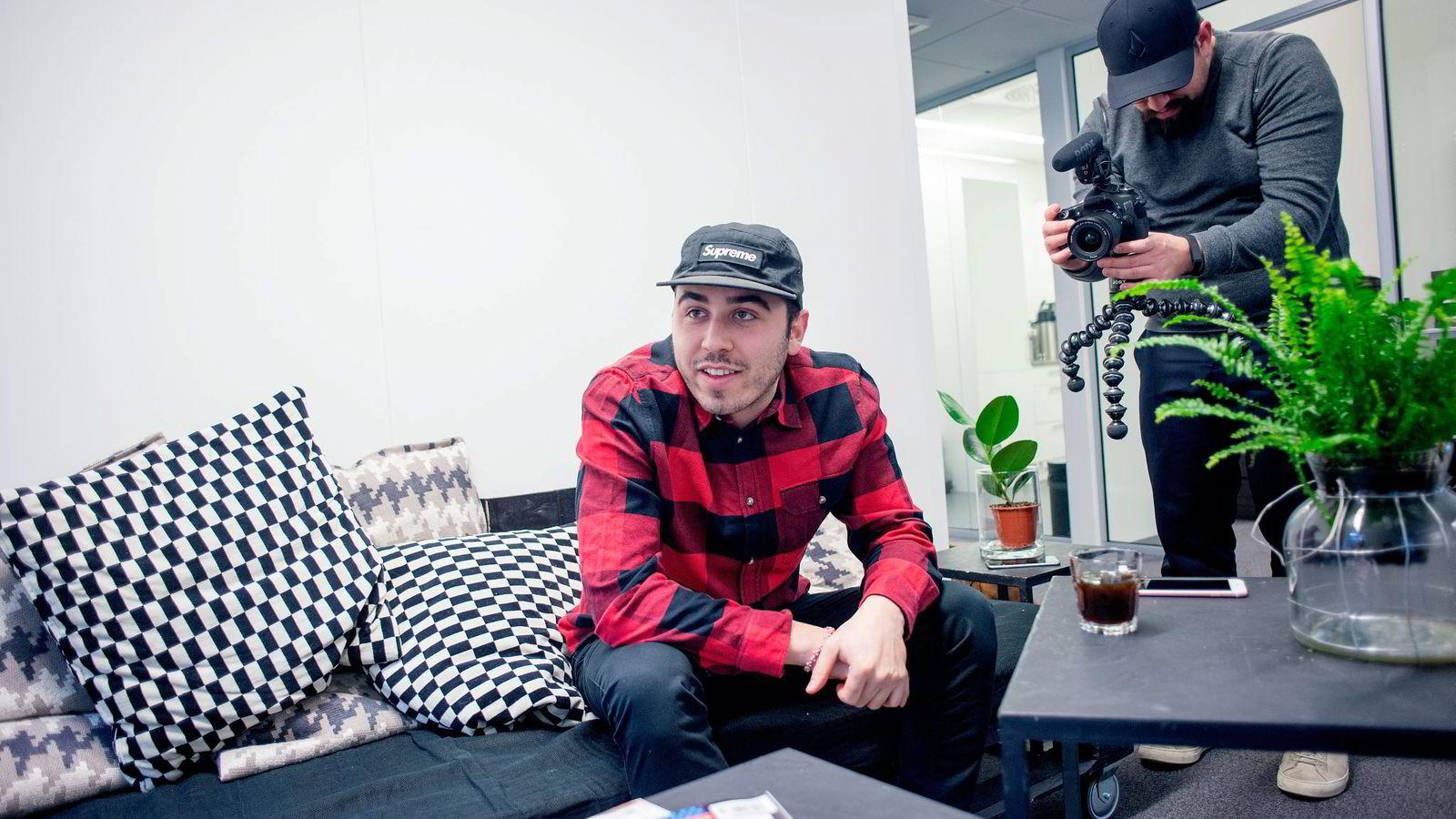 Snapchat-ekspert og kreativ produsent Sam Sheffer i Mashable prøver å lage daglige videoblogger. Internasjonal direktør Thomas Moen i United Influencers filmer.