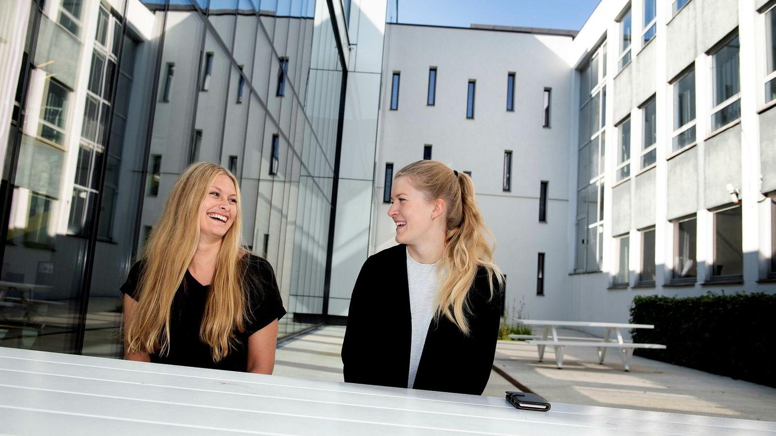 Aspirerende ledere: Fra venstre Maria Aylin Barstad (25) og Frid Helén Hop (23) er klare for å ta arbeidslivet med storm.
