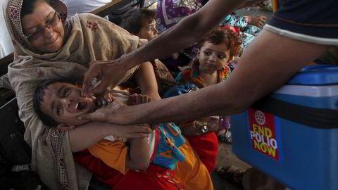Stadig flere land blir erklært frie for polio. Men i Pakistan, der denne gutten blir vaksinert mot sykdommen, er det påvist 32 tilfeller i år. Foto: