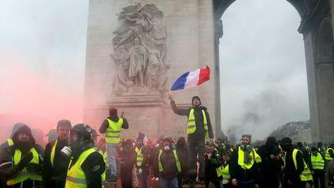Frankrikes regjering frykter nye, voldelige demonstrasjoner i landet. I forbindelse med den siste tidens protester har fire mennesker mistet livet, i tillegg er flere hundre skadd.