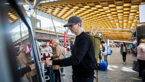 Justin Francis på Gardermoen for å fly hjem etter seminar i Norge. Han mener vi må fly mindre og at eneste vei å gå er å øke avgiftene for å få det til.
