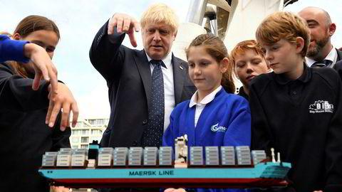 Statsminister Boris Johnson har på kort tid mistet mye av makten til parlamentet, og dermed vurderes risikoen for en hard brexit som mindre. Her på en tilstelning ved Themsen i London for skoleelever denne uken.