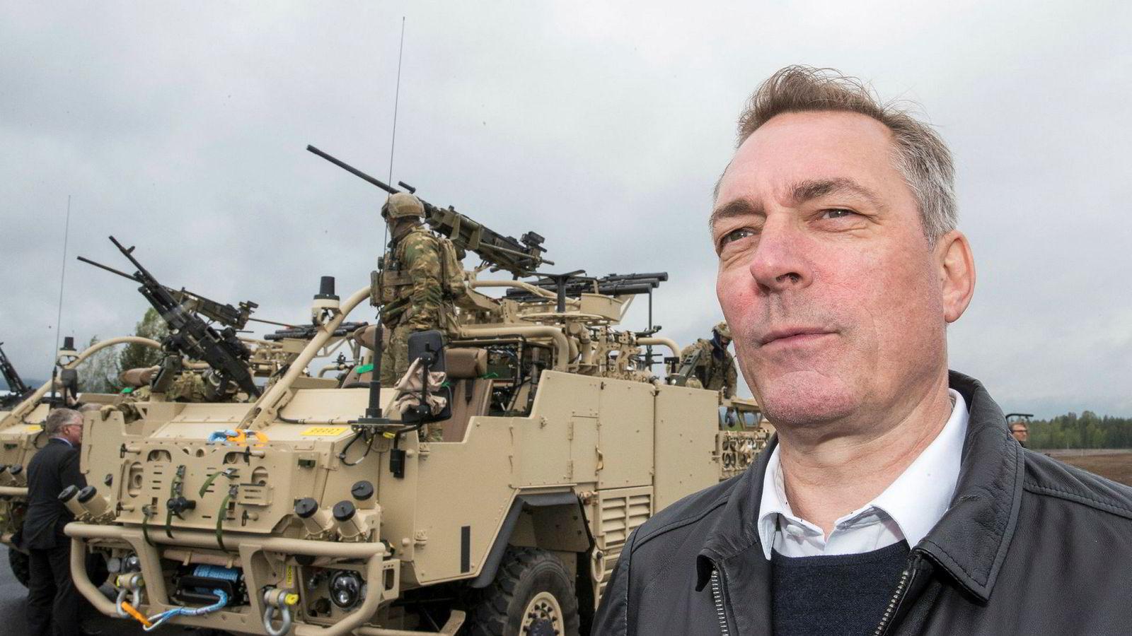 Forsvarsminister Frank Bakke-Jensen (H) flytter penger over til forsvarsbudsjettet slik at Norge nå bruker 1,8 prosent av BNP på forsvar.