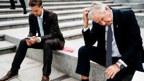 Bjørn Kjos opplever at Norwegian-aksjen faller kraftig etter at IAG sier det likevel ikke vil by på selskapet. Her med kommunikasjonssjef Lasse Sandaker-Nielsen (til høyre) i Brussel i fjor.