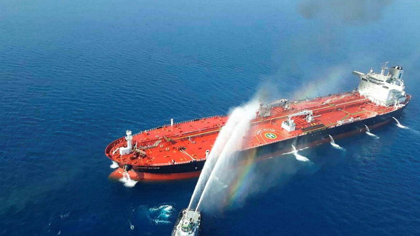 Iranske missilangrep på skipsfarten i Hormuzstredet har satt verdenssamfunnet i en krevende situasjon. På den ene siden kan ikke Norge, som en stor skipsfartsnasjon, se på at havenes frihet utfordres uten sanksjoner. På den annen side ønsker vi ikke å bli koblet til den amerikansk-iranske striden, skriver innleggsforfatteren.