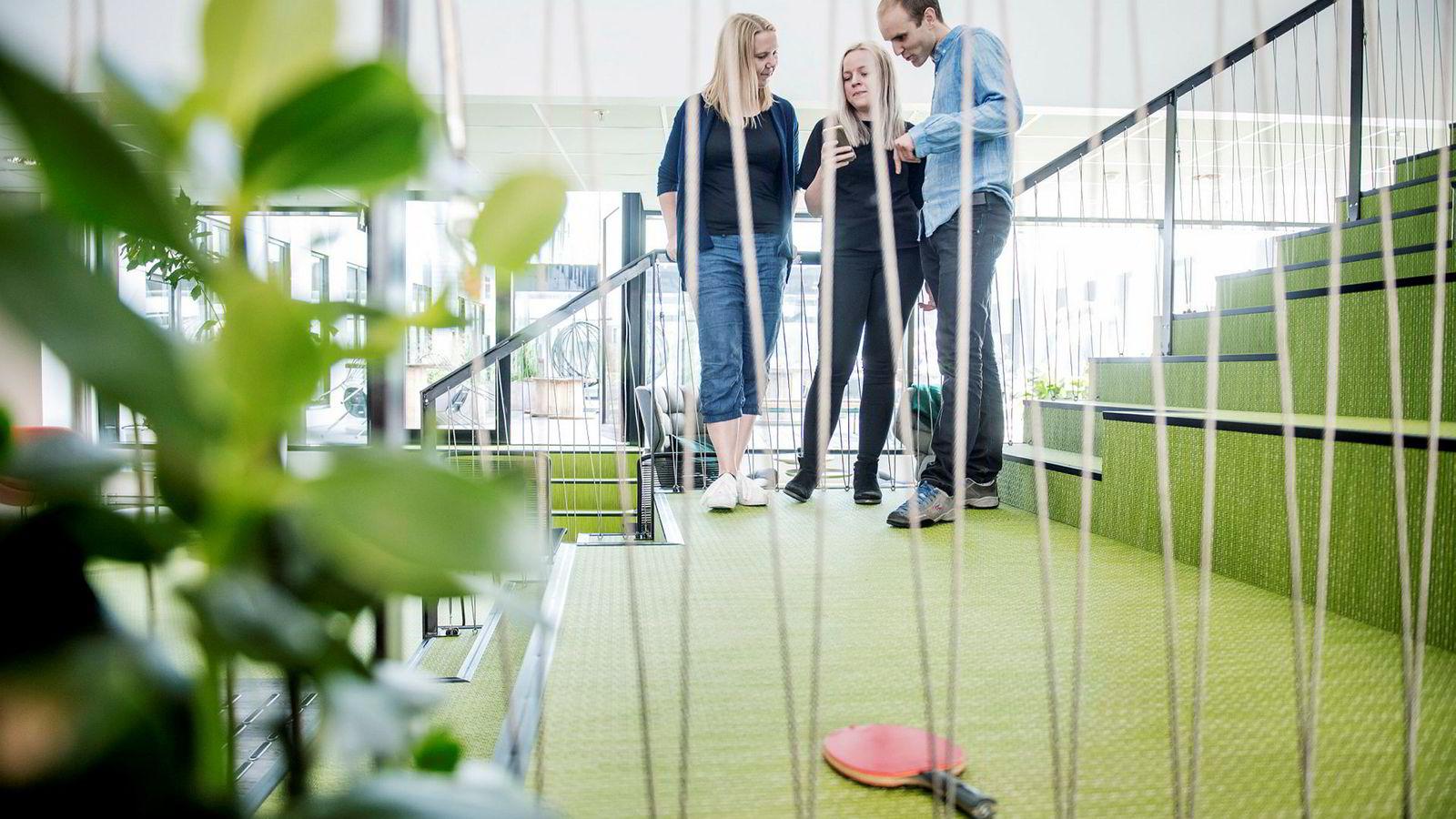 Mads Simonsen (t.h.) sa opp oljeingeniør-jobben for å grunnlegge miljø-startupen Ducky. Her står han med Guro Thue Unsgård (t.v.) og Nina Eklo Kjesbu fra Norconsult og viser hvordan miljøappen hans fungerer.